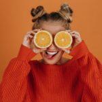 Frau mit Orangen auf den Augen