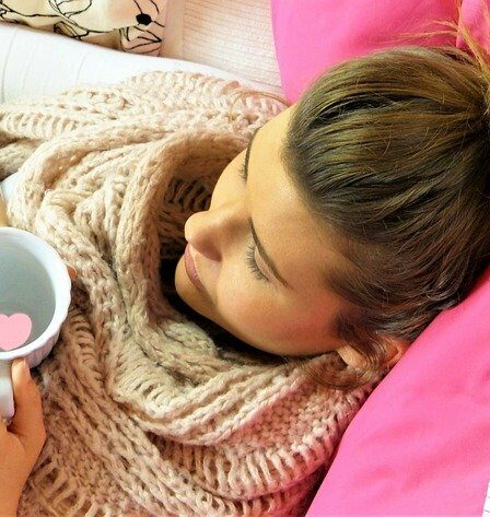 junge Frau macht Pause trinkt Tee