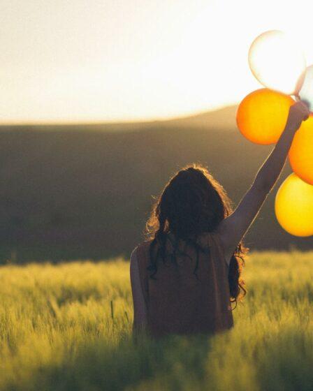 Frau mit Ballons