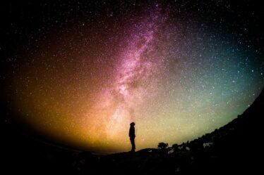 mensch unter dem sternen himmel